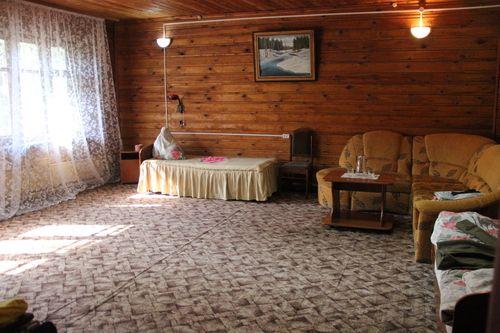 Две раздельные кровати и раскладной диван в коттедже